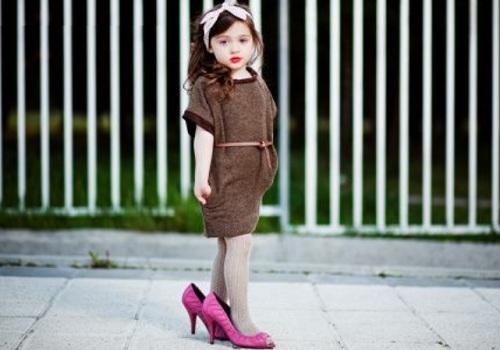 crianc3a7a-maquiada-e-de-salto-alto