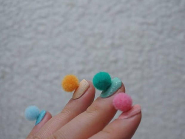 get-the-look-ta-na-moda-mas-eu-to-fora-unhas-pom-pom13