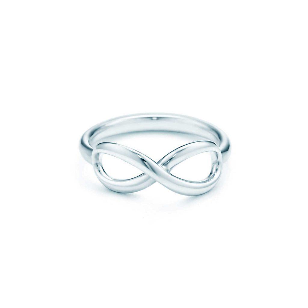 Photo: Reprodução TiffanyCo. Anel Tiffany Infinity em prata de lei - R$ 995,00