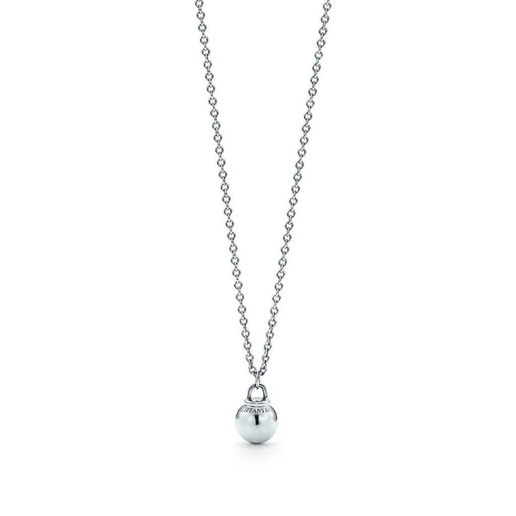 Photo: Reprodução TiffanyCo. Pendente de esfera Tiffany Hardwear em prata de lei - R$ 870,00